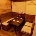 お店の奥にある4名テーブル×2は、隠れ家のような雰囲気でプライベート感があるお席となっております♪美味しい逸品をつまみに、女子会やデートなどでのご利用がオススメです!ミニデザートをプレゼントなどのクーポンも有りますのでご利用ください♪