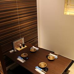 ≪2階:テーブル個室≫2名様~4名様でご利用頂けるテーブル個室。テーブル個室は2卓ご準備しております。少人数での飲み会・お食事にご利用下さい。(完全個室)