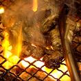 豪快に火で焼くことで、旨味を閉じ込めました!溶けだした脂の甘みとお肉の持つジューシーさが口の中いっぱいに広がり、ずっと噛んでいたいほど美味◎キンキンに冷えたビールやハイボールはもちろん、焼酎とも相性は抜群です!