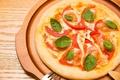 料理メニュー写真フレッシュトマトとモッツァレラチーズのピザ