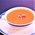 創業当時から続く「かにの卵入りふかひれのスープ 2,380円」を是非このご機会にどうぞ。変わらない伝統的な味は濃厚で、お腹も心も温まる逸品です。
