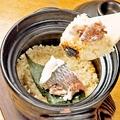 料理メニュー写真炊き立て土鍋ご飯 【真鯛と三つ葉】