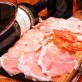 料理メニュー写真Six kinds of assorted salami and ham, freshly sliced[擦りたてハムとサラミの6種盛り合わせ]