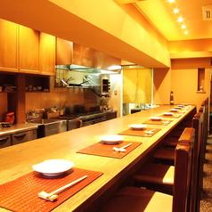 【1階カウンター】ゆったりお座りいただけるカウンター席。調理を目の前で見ながら、お食事を楽しんでいただけます。