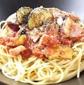 料理メニュー写真茄子とベーコンのトマトソースパスタ