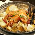 料理メニュー写真ごろごろニンニクと魚介たっぷりのアヒージョ