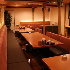 2F:テーブル席のお部屋は大人数の貸切宴会可能です。※少人数での貸切個室宴会も可能です。お気軽にご相談ください。
