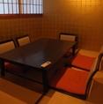 2F:接待などにオススメの個室。金の壁紙で豪華な雰囲気