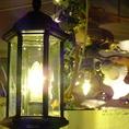 ランタン風の照明が店内を優しく照らしています…