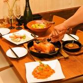 【1F】テーブルを囲んで、名物料理を味わう盛り上がりはひときわです!合コン、ご家族のお食事にもオススメ