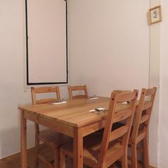【テーブル】4名様でご利用いただけるテーブル席。少人数でのお食事や女子会などさまざまなシーンでご利用いただけます♪