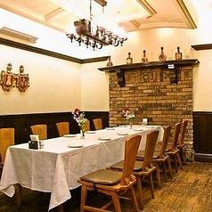 半個室で10~最大12名様まで収容可能です。少人数の御会食に。