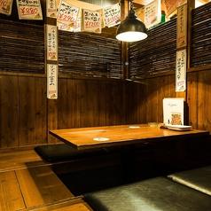 和な空間で落ち着ける掘りごたつ席.◎すだれで仕切られた掘りごたつ席は腰を据えてお酒を楽しむにはもってこいのお席です。仕切りを外せば最大12名様のお部屋にもなり宴会も可能です。通路に置かれている小物たちを見るのも楽しいですよ!