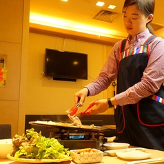サムギョプサルはスタッフがお焼きします!最高のお肉を最高の焼き加減でお召し上がりください♪