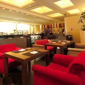 【レストランフロア/パターン1】色鮮やかなソファ席の貸切は15名様~30名様迄。カッシーナ製の上質な椅子を使用していて居心地も抜群。