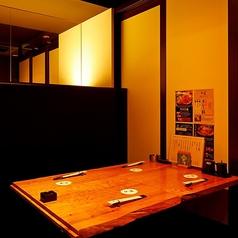 大切な接待や会食に最適な4名様用の掘りごたつ式完全個室を2部屋ご用意。ブラウンが基調の和モダンなお部屋の一角にミラーを配し、開放感を演出。屋久杉を用いたテーブル、座りやすさや疲れにくさを考慮した座椅子などディテールにこだわったお部屋で、心づくしのおもてなしによる至福のひとときをお過ごしください。