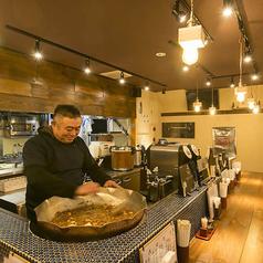 1階は『牛すじ煮込み』の大鍋を囲むように作られたカウンター席。お客様がお一人でも気兼ねなくお立ち寄りいただけます。BGMに昭和歌謡が流れる店内は、タイル張りのカウンターなど、昭和の香りを感じさせるお洒落な造りです。