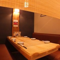 【一階】すだれが半分降りたテーブル席は最大6名までご利用OK♪木のぬくもりを感じるテーブル席でゆっくりお食事を楽しんで◎
