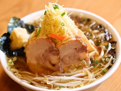 青竹手打ち麺と、厳選された素材から抽出された黄金のスープのラーメンを味わえる。