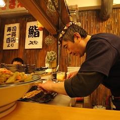 目利きが競り落とし南伊勢から直送された鮮度抜群のものや旬ものなど、数々の魚を職人が真剣に捌く姿を間近に見られるのがこちらのカウンター席!当店こだわりの日本酒で通常はメニューに載っていない隠しメニューもあるので、出来たてのお料理とぜひ一杯♪