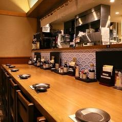 料理と地酒をゆっくり楽しむのにピッタリなカウンター席です。