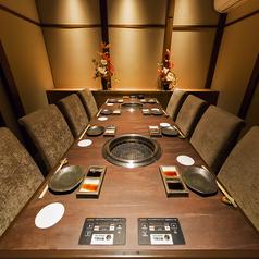 【■喫煙可 2階大個室】京焼肉新唯一の個室席。最大8名様までご利用頂ける落ち着いた個室空間。接待や小規模の宴会などにご利用下さいませ。大変人気の個室の為、お電話での事前予約でのみご利用可能となります。ご希望の場合はお気軽にお問い合わせくださいませ。※別途個室使用料として2000円/組 頂戴しております。