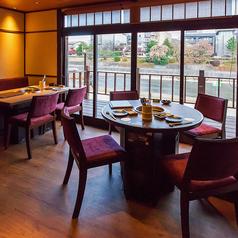【1階4名テーブル】円卓と角卓の2種類ご用意しております。窓からは鴨川をご覧頂けるデートや記念日利用におすすめです。