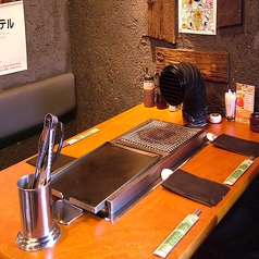 こちらは6様までご利用頂けるテーブル席です。目の前で焼くサムギョプサルをお好きなトッピングで包んで楽しいひと時をお過ごしください。
