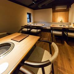 【■喫煙可 2階テーブル席】4名テーブルを3卓ご用意しております。1階とは違う落ち着いた雰囲気をお楽しみ頂けます。10名以上でフロア貸切可能です。小規模宴会などにおすすめです。