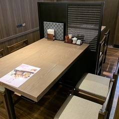 落ち着いた木目調のテーブル席です。少人数でもグループでもお使い頂けるので様々なお食事シーンでお使い下さい。