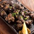 料理メニュー写真滋賀県近江黒鶏の溶岩焼き