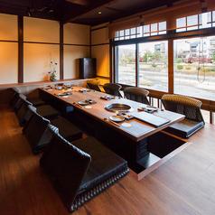 【2階掘りごたつ席】掘りごたつ席はテーブルをお繋ぎして最大10名様までご一緒にお食事して頂けます。小規模宴会におすすめです。