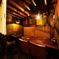 暖簾が粋なテーブル半個室。2名~7名様までのお席です。優しい灯りで手貼り和紙が引き立ちます。