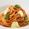 料理メニュー写真フレッシュバジルとモッツァレラチーズのトマトソースパスタ
