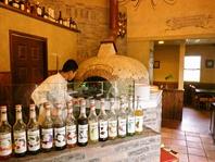 丸みを帯びた薪窯で焼き立てピザとお酒も種類豊富♪