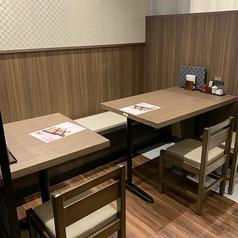 落ち着いた和の雰囲気のテーブル席を多数ご用意しております。パソコン・携帯電話の充電に使えるコンセント付のお席もございますので、お食事の合間にご自由にお使い下さい。