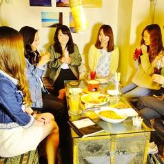 おしゃべりしやすいコの字型のソファー席♪最大9名様まで座れて女子会にぴったり!人気のお席なのでご予約はお早めに…