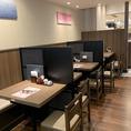 テーブル席の間に仕切りもございますので、お隣との間に適度な距離感をもってそれぞれのお食事時間をお楽しみ頂けます。