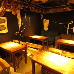 4席×4つのテーブル席。使い方は自由です。
