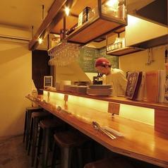 【1階】カウンターは特等席★デートや、お仕事帰りのご利用にぴったりです♪お料理に合わせた美味しいワインも多数ご用意しております。