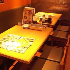 サクッと飲みたいときや少人数での小宴会にはテーブル席がおすすめ◎