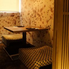 接待やデートに最適な2名様用少人数向け完全個室。楽蔵うたげ 京都駅前店では自慢の創作和食料理はもちろん、店内のレイアウト・雰囲気づくりにも注力しております!和モダン調な落ち着いた雰囲気のプライベート空間で、ごゆっくり会話やお食事をお楽しみください♪