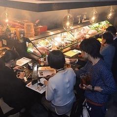 カウンター席の目の前に特大ケースを置いてあります!中には北海道の食材が!そして臨場感ある調理場も見ながら食事を楽しめます!