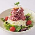 料理メニュー写真ビーフパストラミとシャキシャキポテトのサラダ