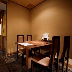 【1階半個室テーブル席】4名様掛けのテーブルのお席です。周りに他のテーブルがないので、他のお客様を気にせずゆっくりおくつろぎいただけるお席です。
