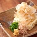 料理メニュー写真自家製とうふ 阿波尾鶏の削り節