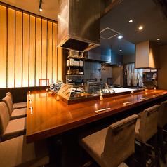 調理の様子をライブ感覚で楽しめるカウンターは10名席ございます。シェフの華麗な包丁さばきや調理技を音や香りとともに目の前でお楽しみいただけます。