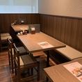 様々な人数に対応可能なテーブル席です。当店はランチタイムから通常のメニューがお楽しみ頂けますので、昼間も夜もお好きな時間にお越しください。お一人でゆったりお食事を楽しむのも宴会コースでワイワイ飲み会を楽しむのも◎