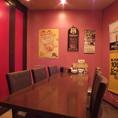 赤で統一されたオシャレな雰囲気のテーブル席☆半個室タイプになっているので少人数の宴会や合コンにもオススメ!