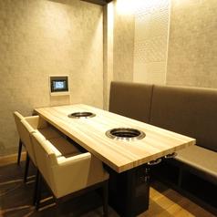 落ち着いた雰囲気の個室風のテーブル席となります。